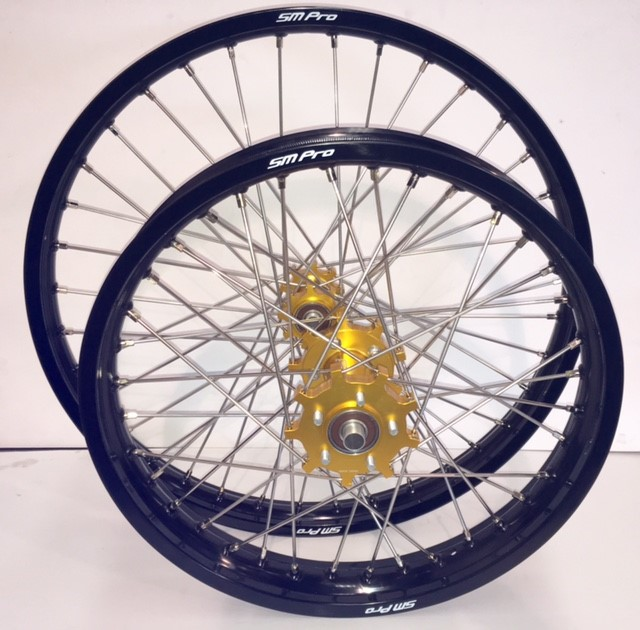 smpro-wheel-set-gold-hub-black-rim