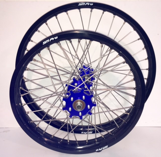 smpro-wheel-set-blue-hub-black-rim
